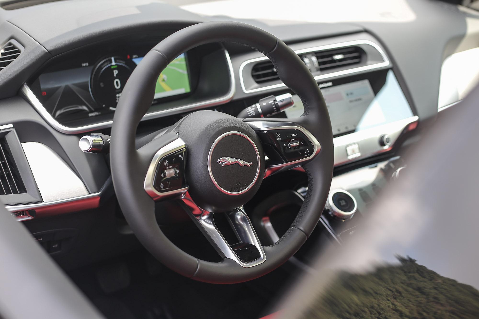 一如當前 Jaguar 世代的設計美學,I-Pace 於內裝鋪陳同樣於大膽中求得絕佳質感。