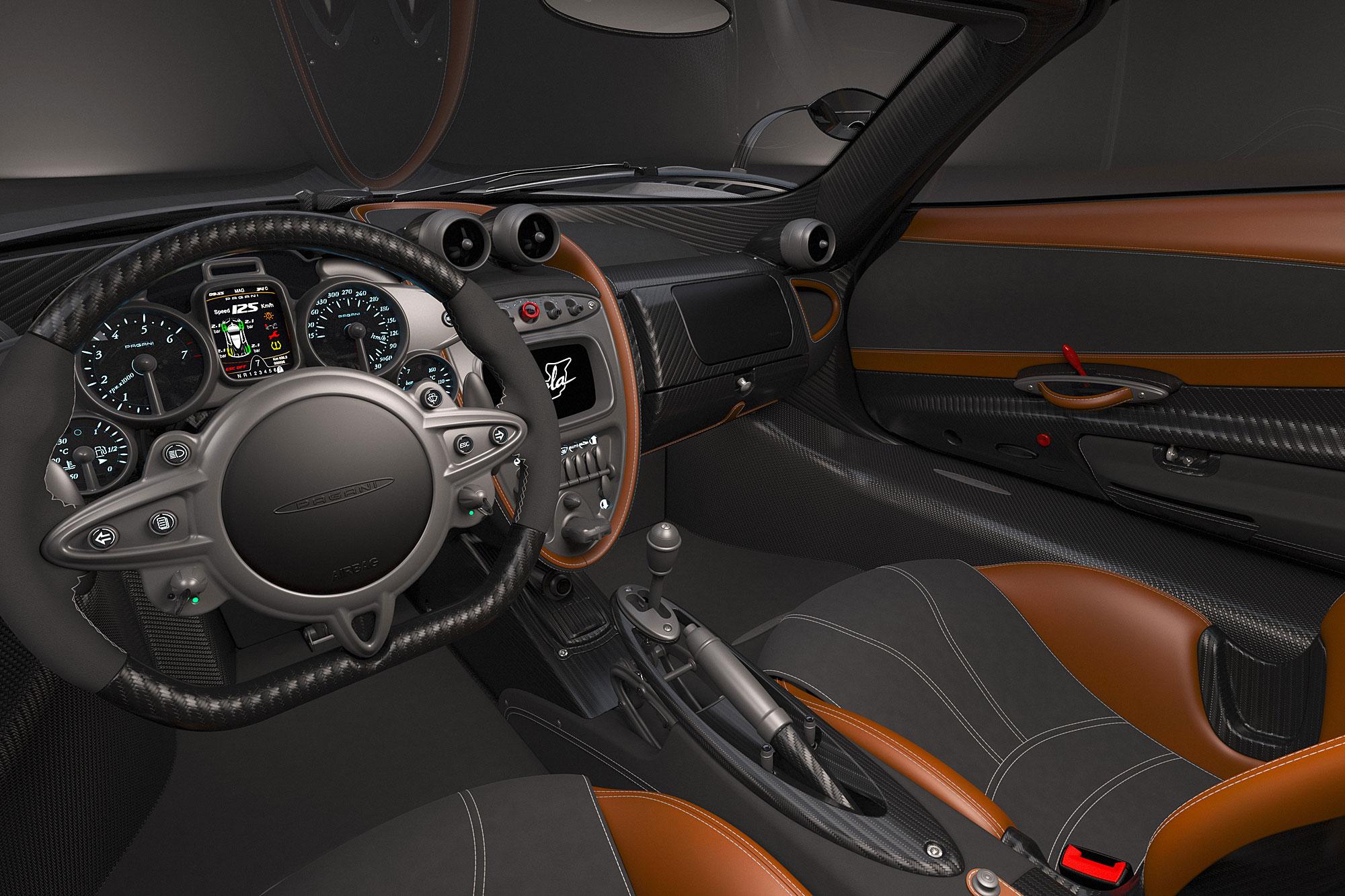 車內延續 Huayra 的設計風格。