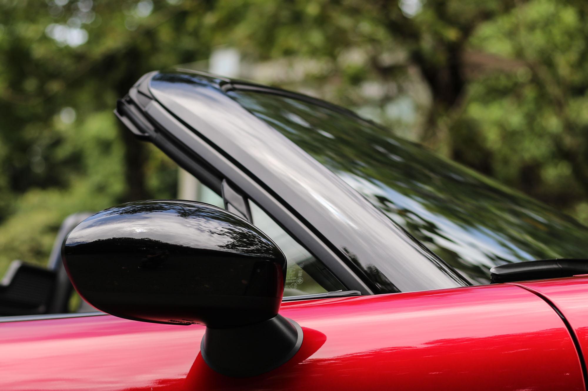 A 柱與後視鏡外殼皆採用輛黑色設計。