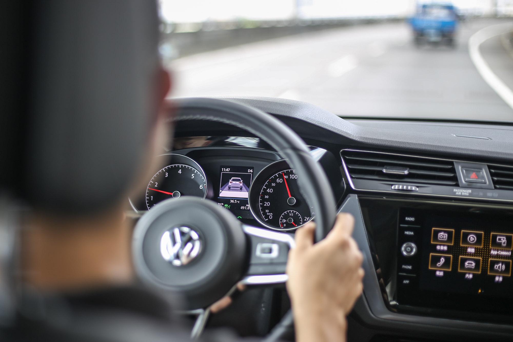 車側維持及偏移警示系統雖然含有修正輔助功能,但基本上不算是車道置中維持的等級。