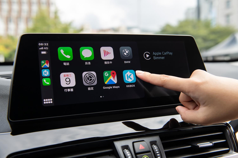 全車系標配全彩多功能車況抬頭顯示器、10.25 吋中控觸控螢幕、BMW 智能衛星導航與無線 Apple CarPlay 整合系統。