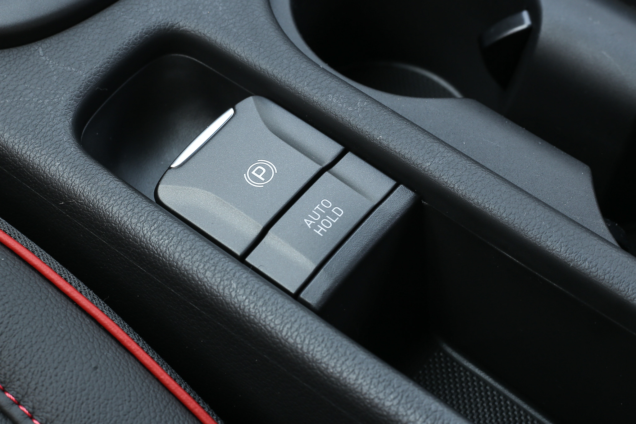 不同於汽油車款,Kona Hybrid 配備 EPB 電子手煞車功能。