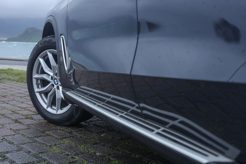 鋁質登車踏板為「旗艦版」車型專屬,胎圈尺碼為 265/50R19。