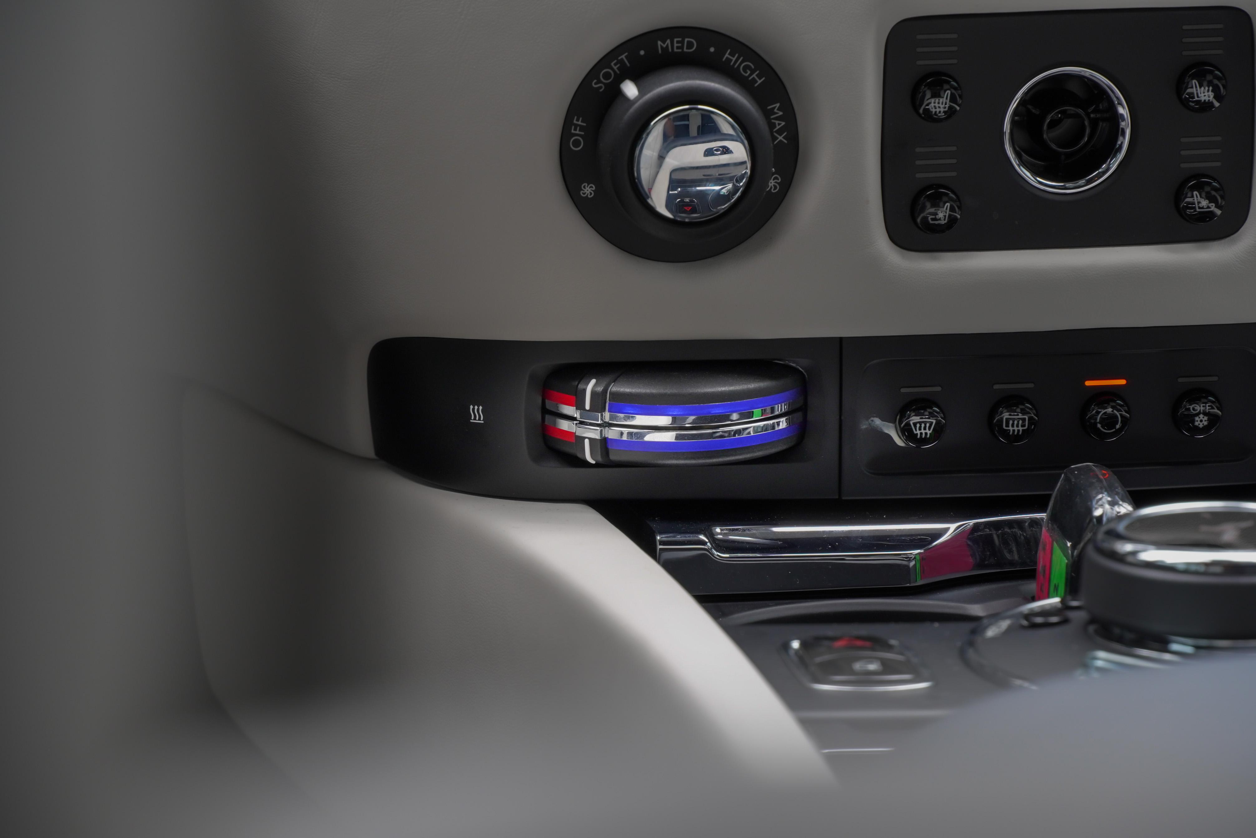 溫度調整旋鈕彷彿將乘客帶回類比時代。