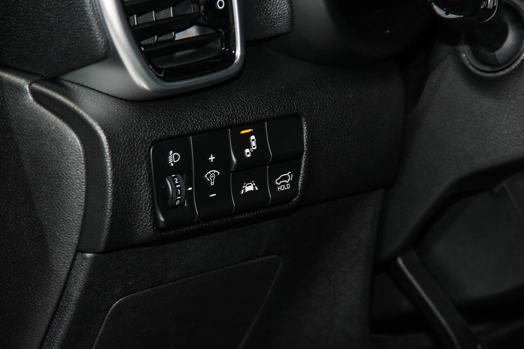 車道維持、車道偏離警示、盲點偵測、後方交通防撞警示等,也都是全車系標配。