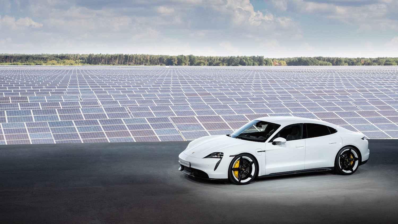 Porsche Taycan 於柏林旁邊的新哈登貝格鎮太陽能發電廠發表,代表太陽能潔淨能源。