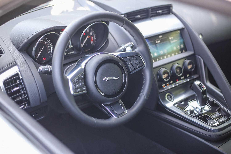 三輻式方向盤設計雖然盤徑不算小也沒有平底式設計,但握感不俗,造型也與車內設計風格一致。