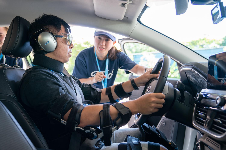 Ford 全球獨家開發模擬裝備(含孕婦、高齡長者、疲勞駕駛、酒駕、宿醉等情境),提供民眾體驗不同角色與生理狀態,增進用車人同理心並提升道路安全觀念。