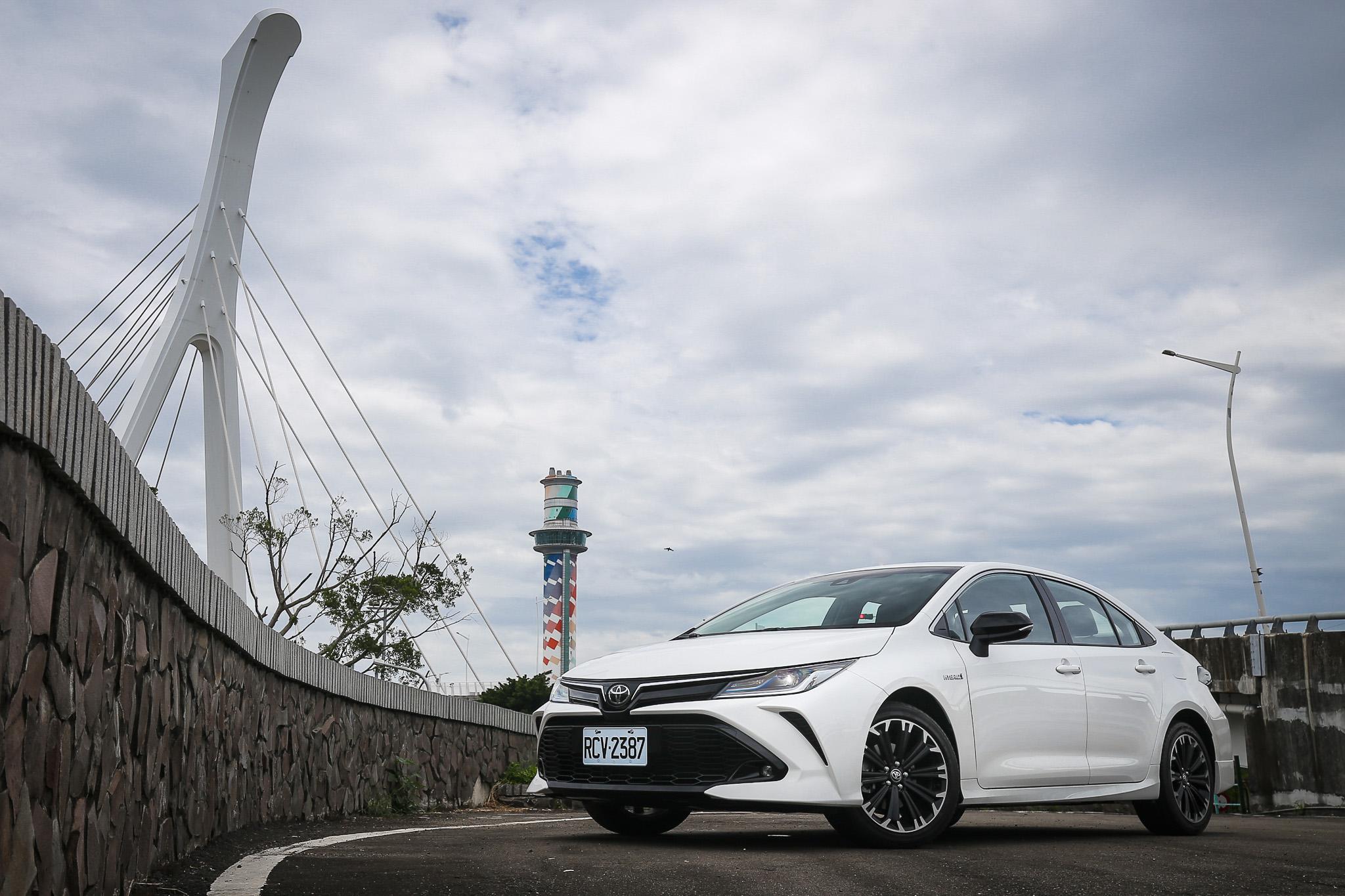 此次試駕車款為 Toyota Corolla Altis GR Sport Hybrid,售價 87.5 萬元。