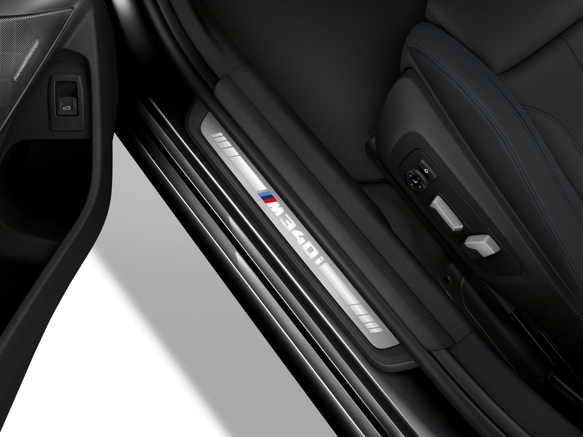 迎賓踏板上獨有的 M340i 標誌。