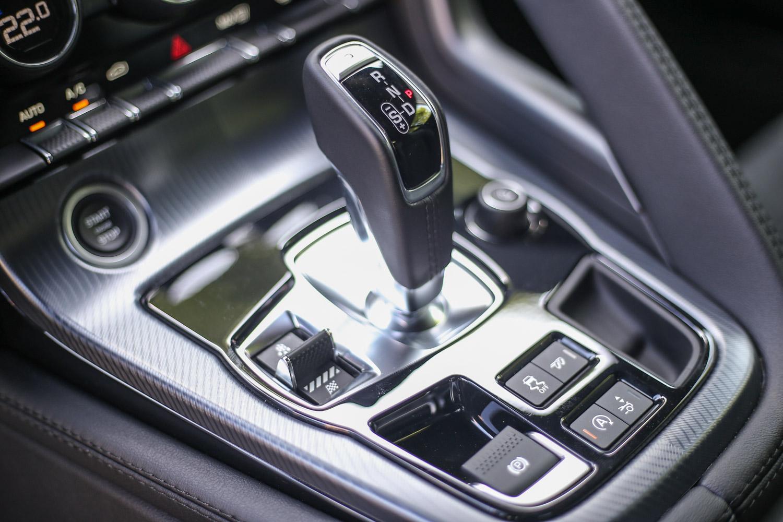 F-Type 全車系皆配備 Quickshift 8 速手自排變速系統。