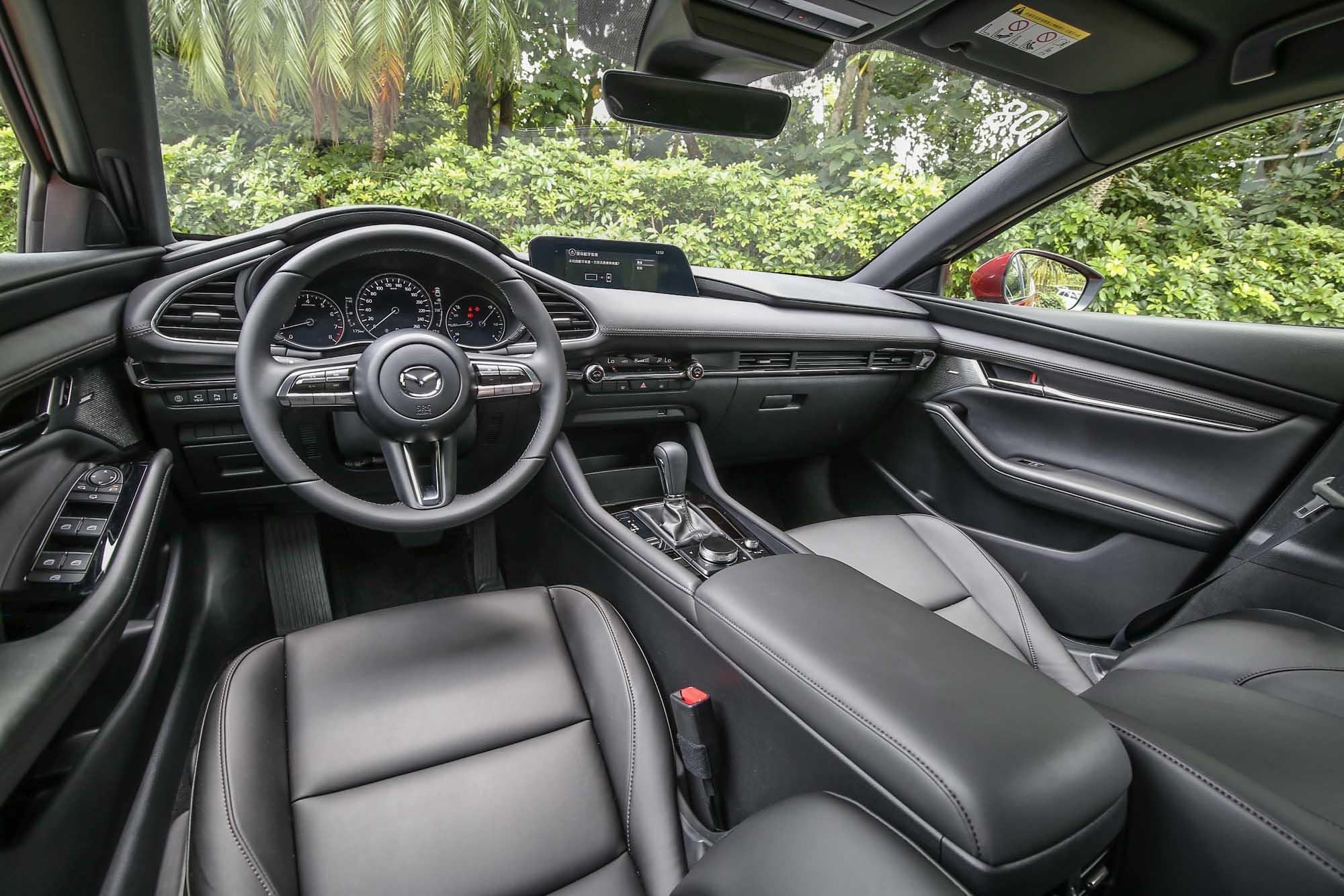 相較於 A-Class 的前衛科技,新世代 Mazda3 的內裝鋪陳相對低調簡約許多。