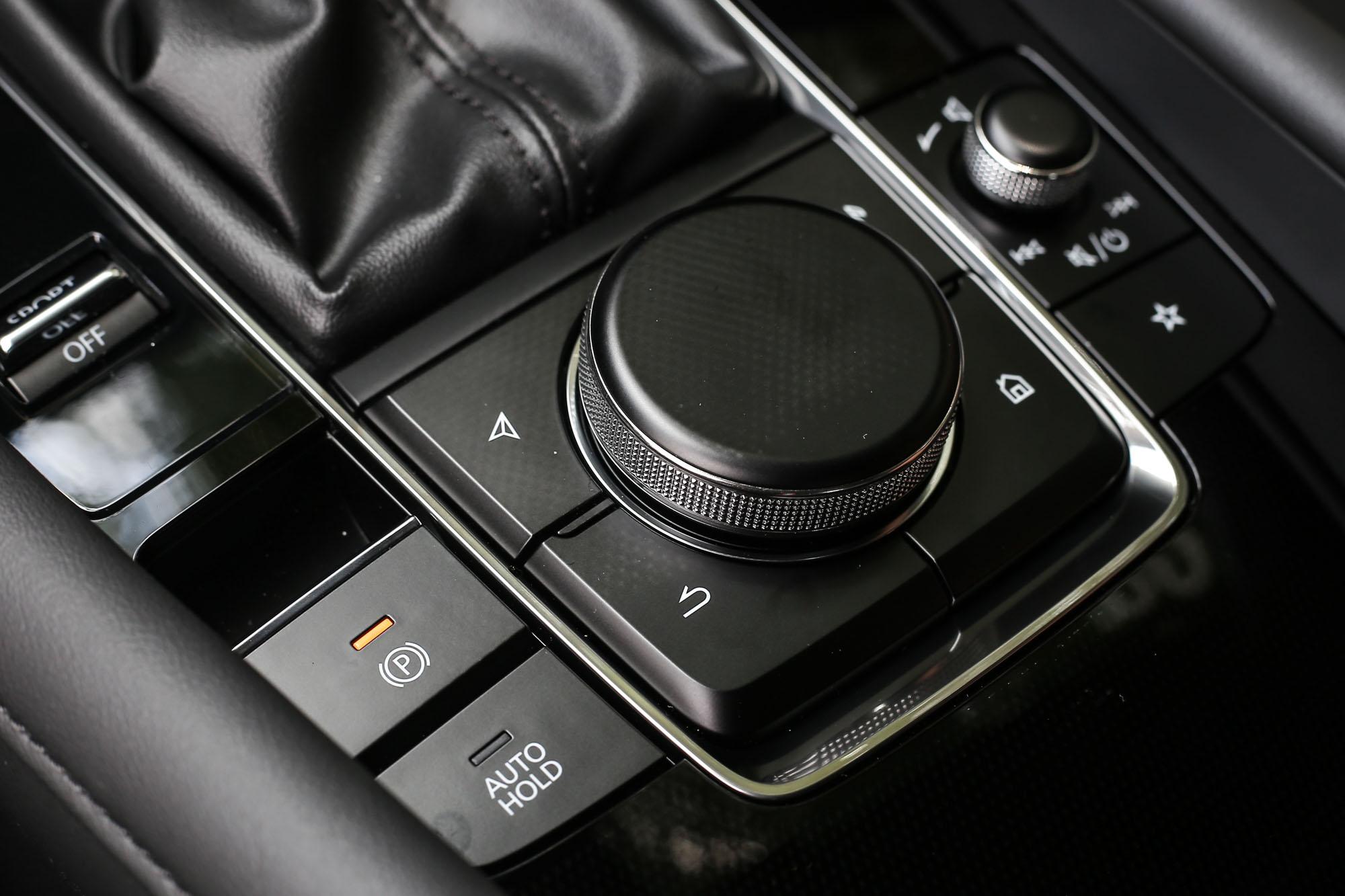 Mazda Connect 人機智慧資訊整合系統的操控介面,習慣後還挺上手。
