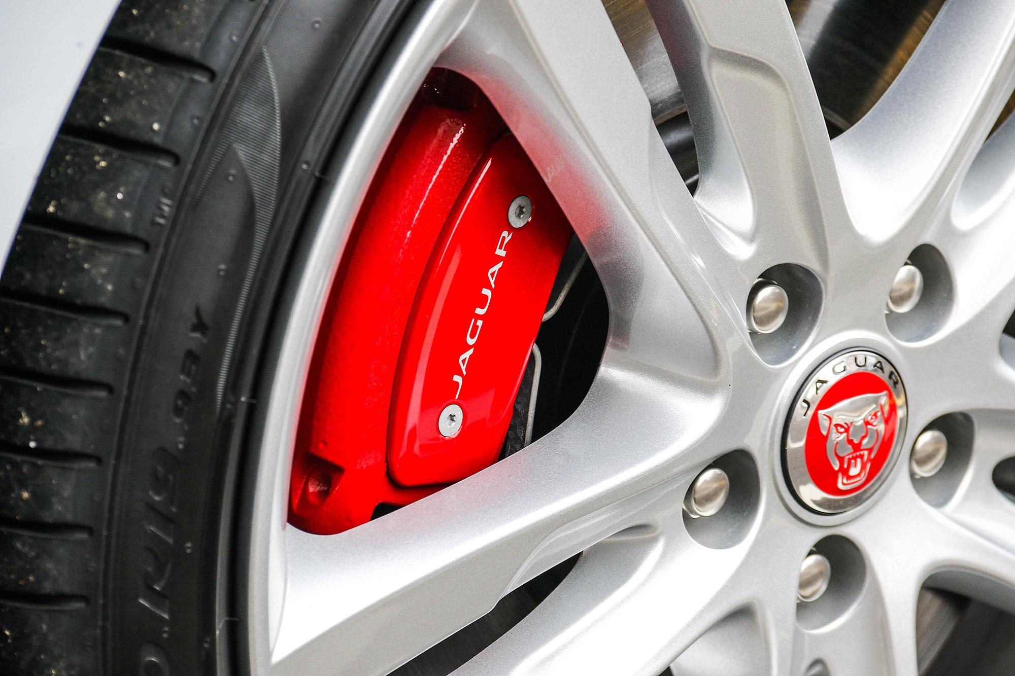 紅色煞車卡鉗為 P300 動力車型的標準配備。