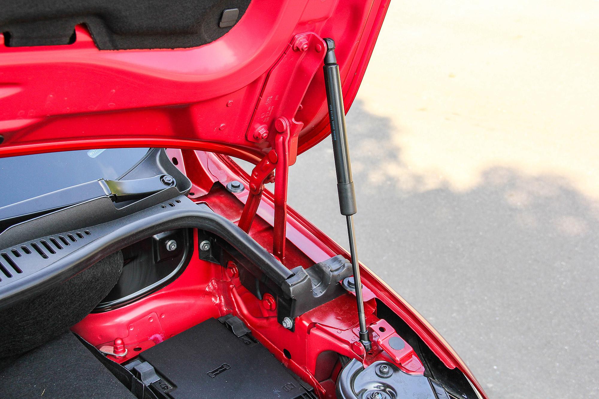 引擎蓋配有油壓挺桿。