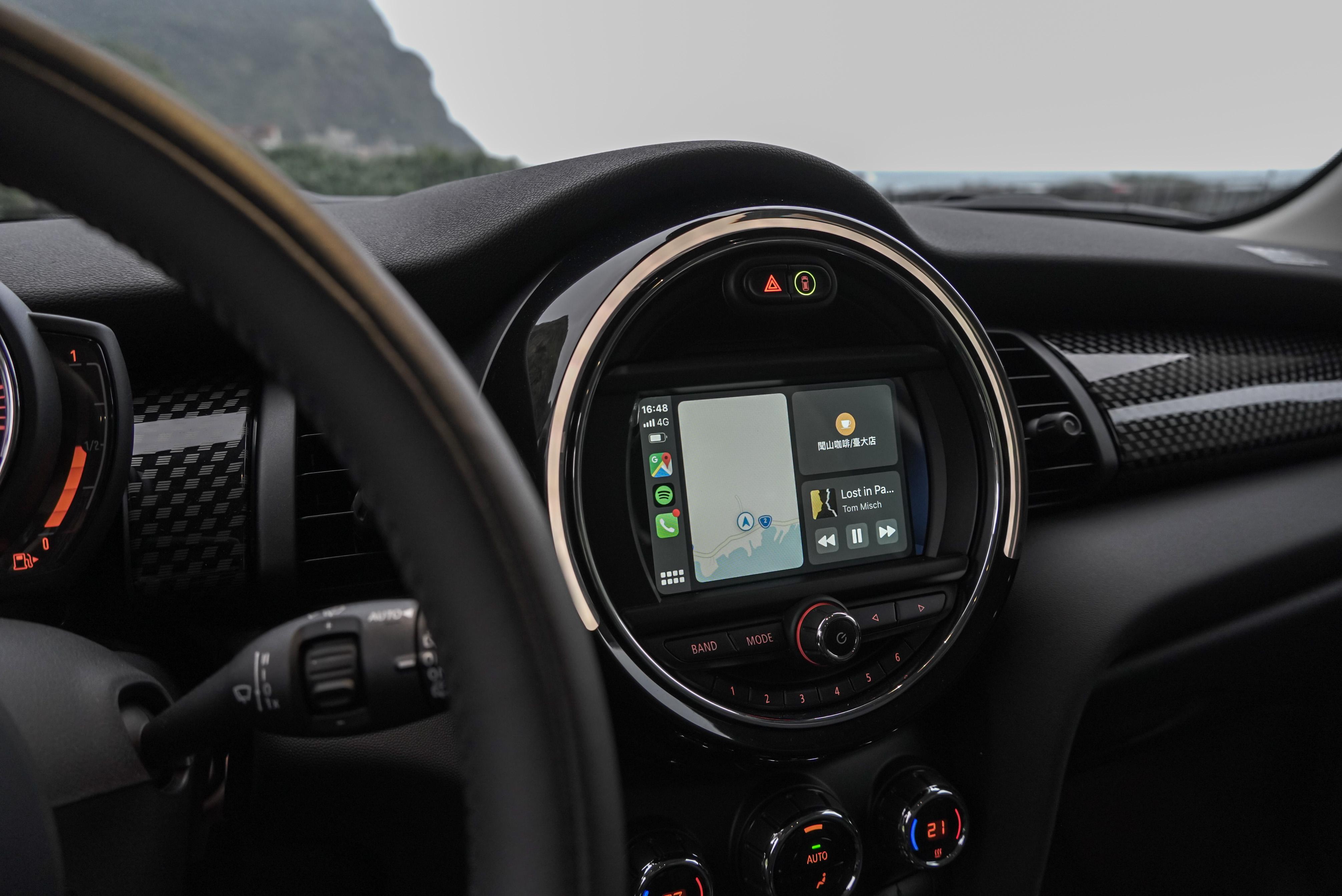 6.5 吋顯示器與藍牙電話系統為標準配備,另可選配 Apple CarPlay 整合系統。