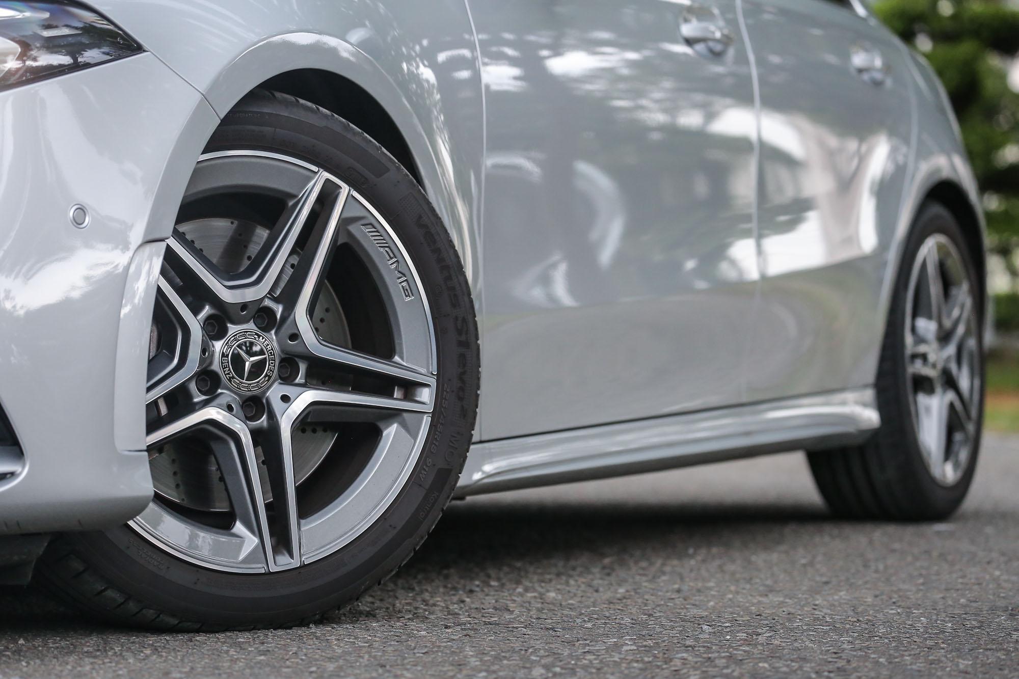 由於試駕主角為 A250 運動版車型,因此配上的是 18 吋 AMG 五輻式輪圈,對應的輪胎規格為 225/45 R18。