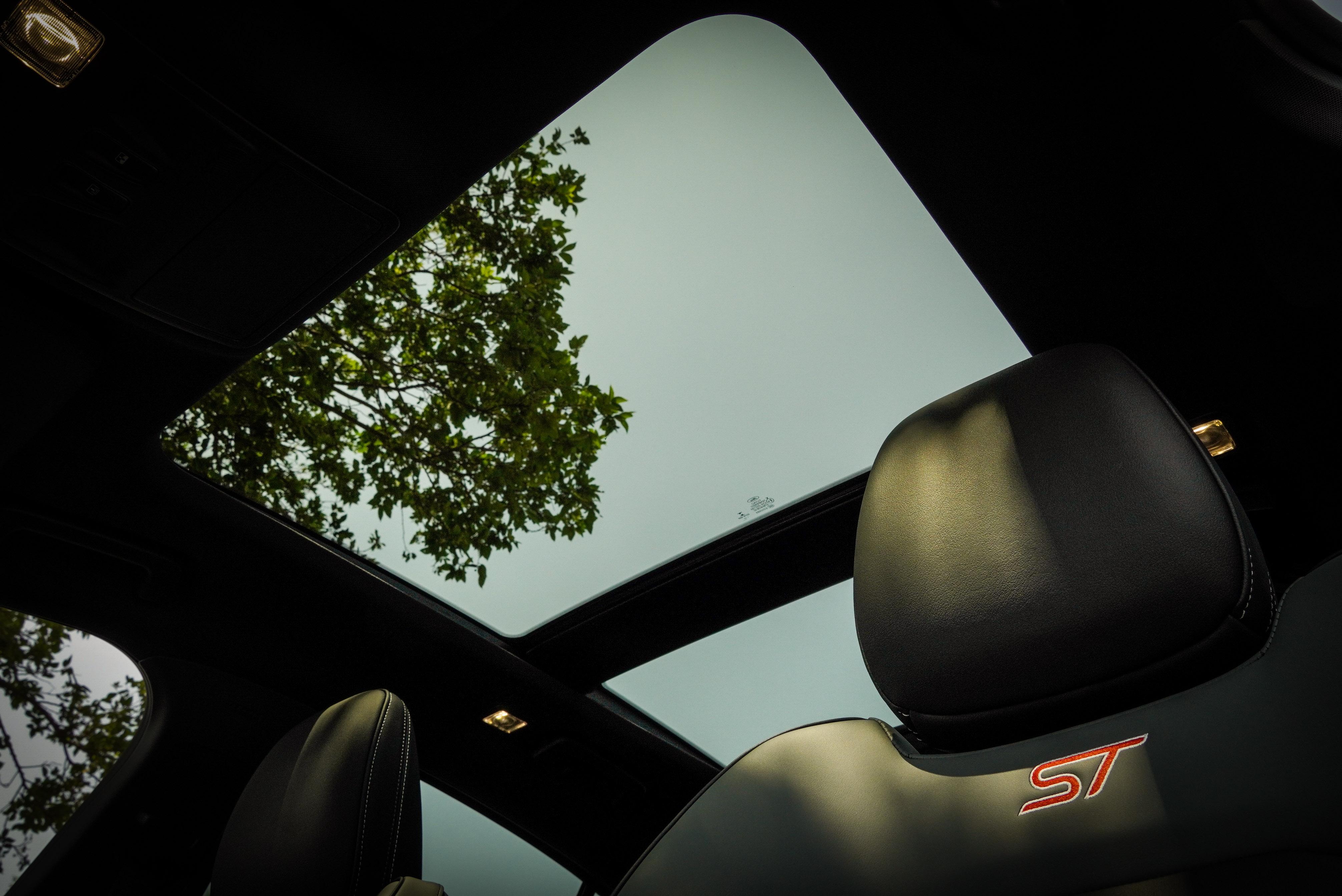 標配全景電動天窗。