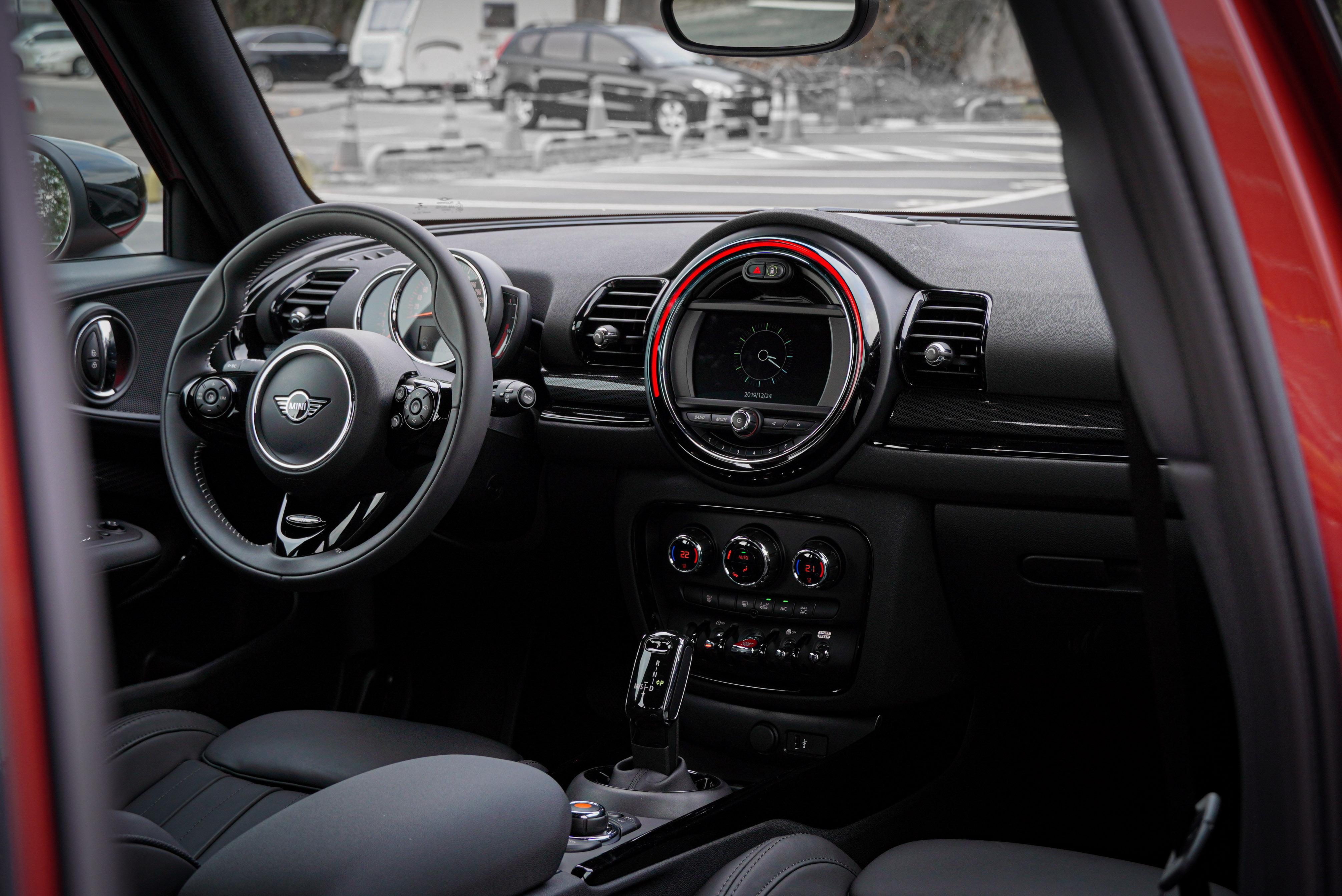 Clubman 標配跑車式多功能真皮方向盤,試駕車選配 Mini Yours 跑車式真皮方向盤。