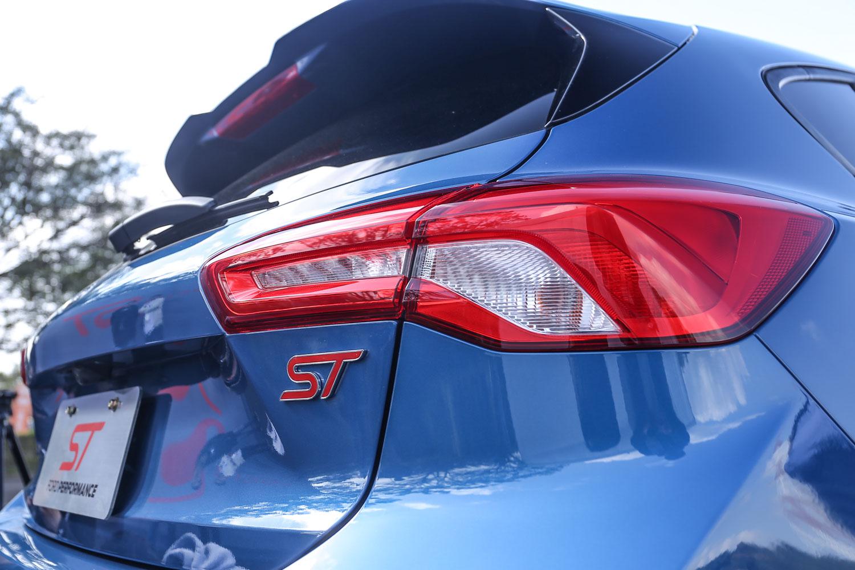 車尾ST專屬銘版。
