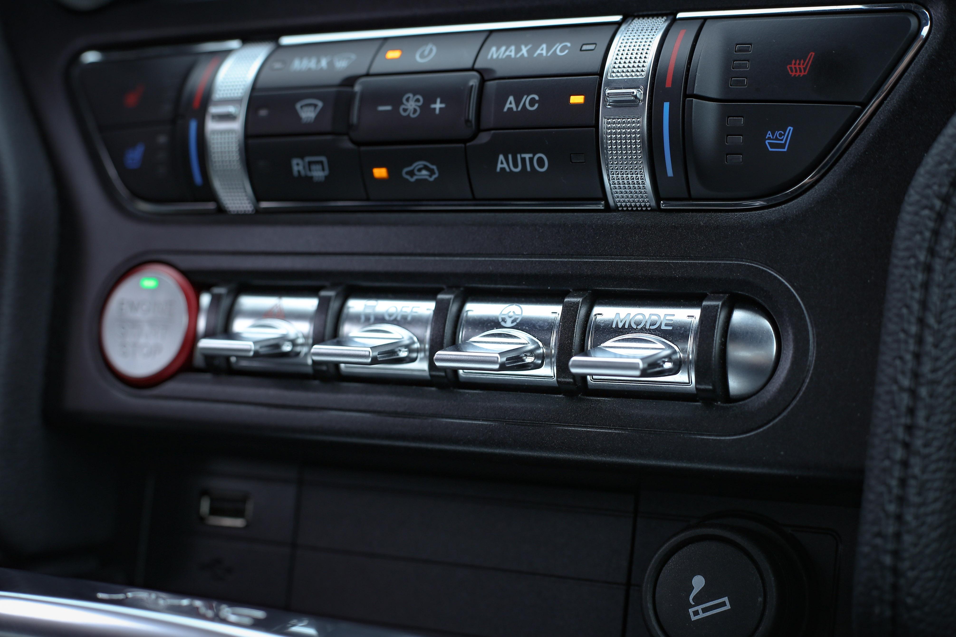 中控台下方有行車模式、電子轉向輔助力道、循跡系統等調整撥鈕。