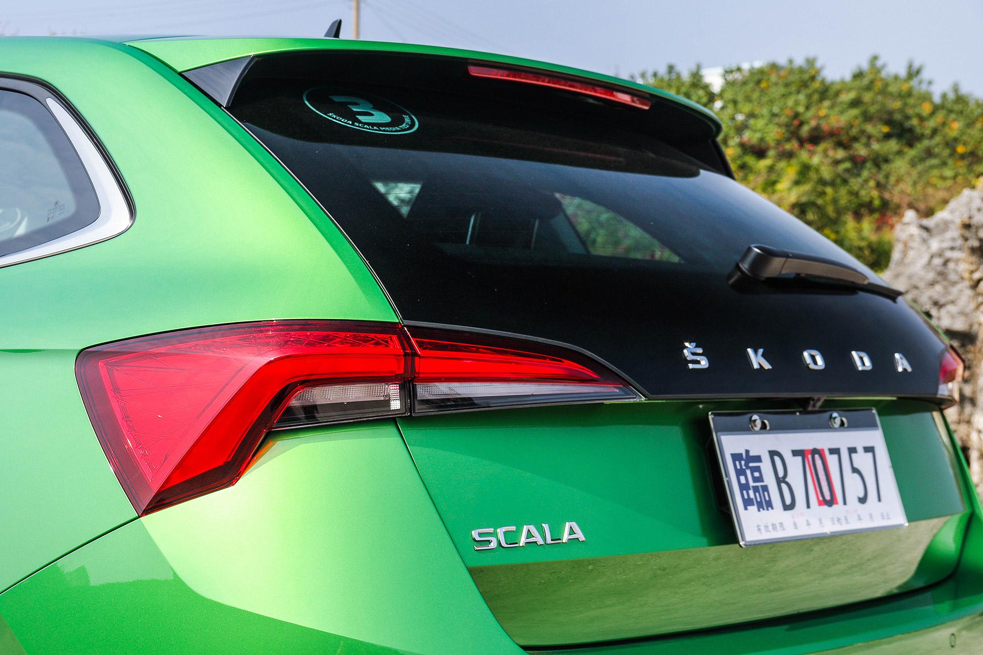 Scala 車尾運用平均排列的品牌字母作為品牌識別。
