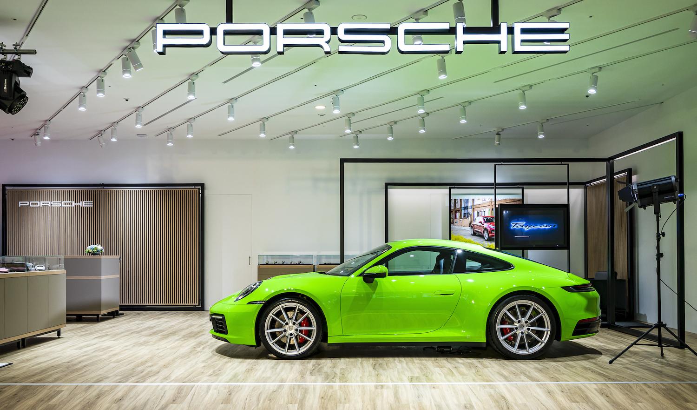 Porsche NOW 概念店現場展出 911 Carrera S﹙鬣蜥綠﹚。