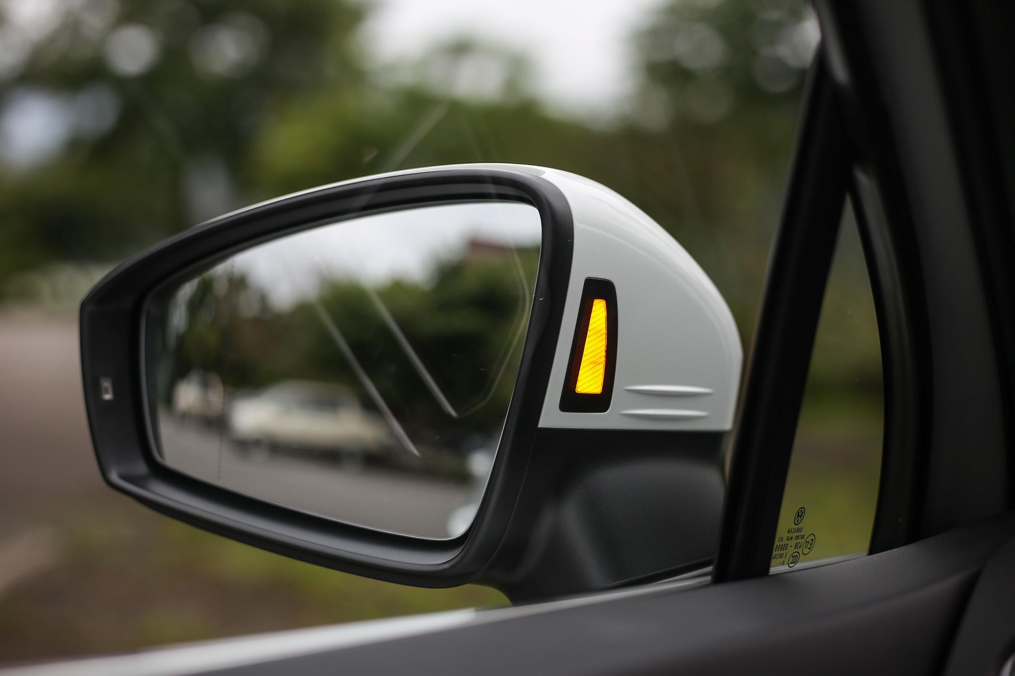 車側盲點警示系統的警示燈設計於後視鏡內側,相對於設計在後視鏡玻璃上更為清晰易辨。