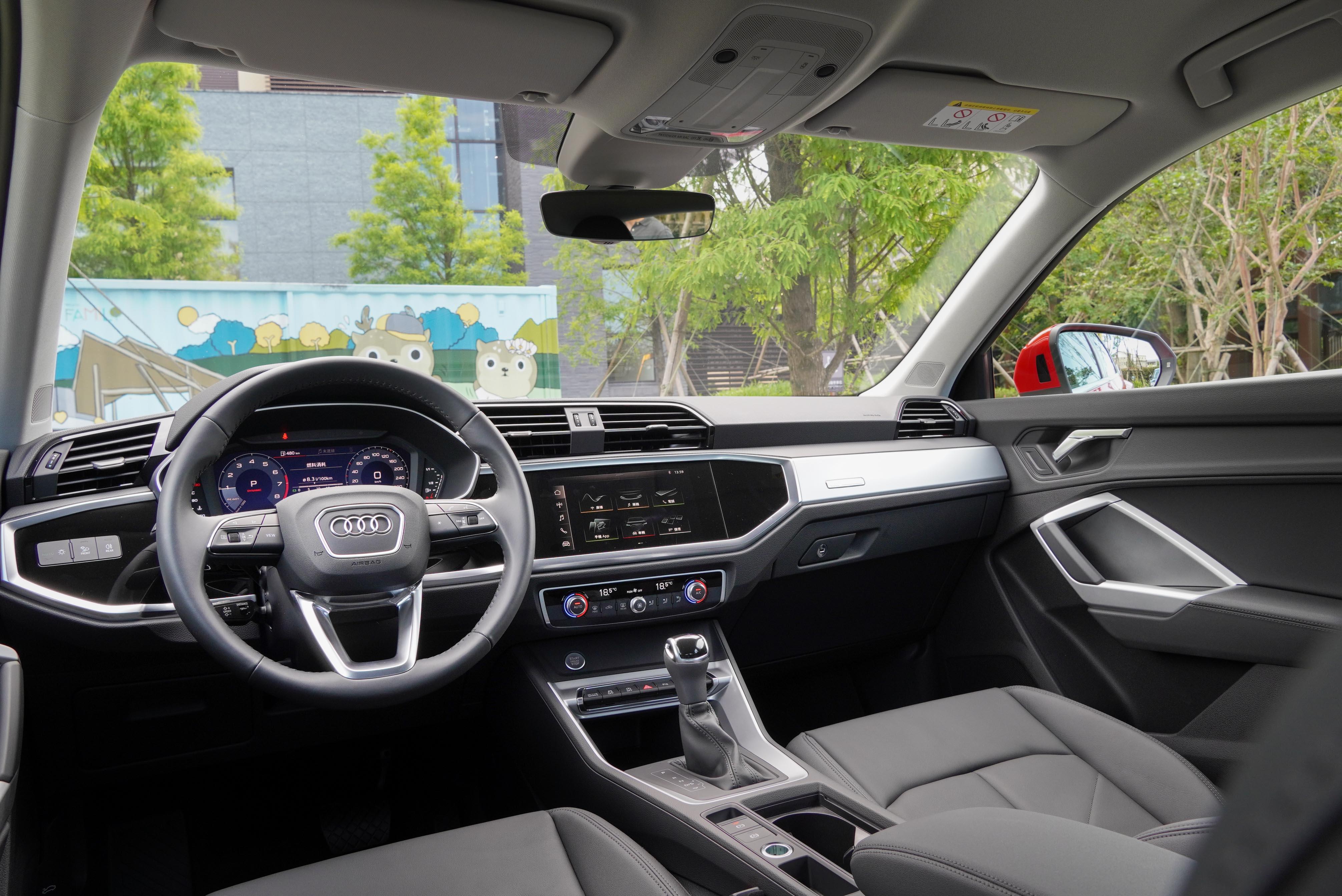 內裝標配 MMI radio plus 多媒體系統及 10 支揚聲器的 Audi sound system 環繞音響。