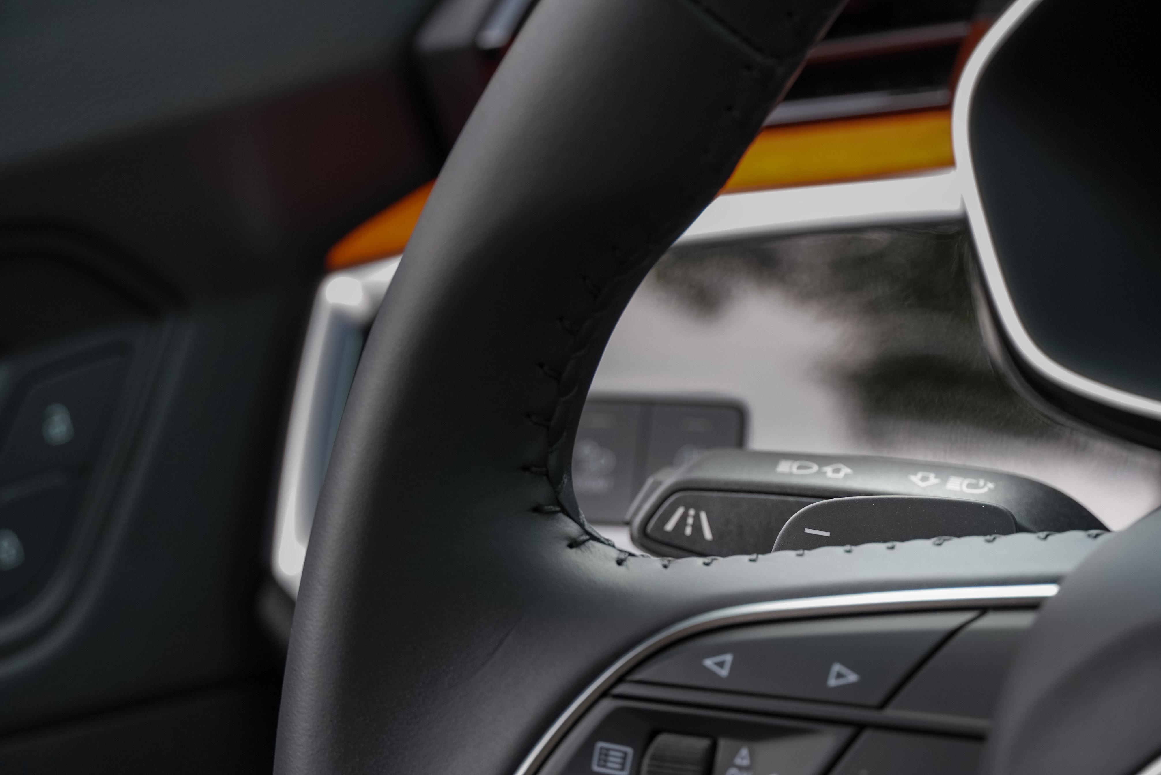 車道維持系統未提供置中功能,由左側控制桿開啟。