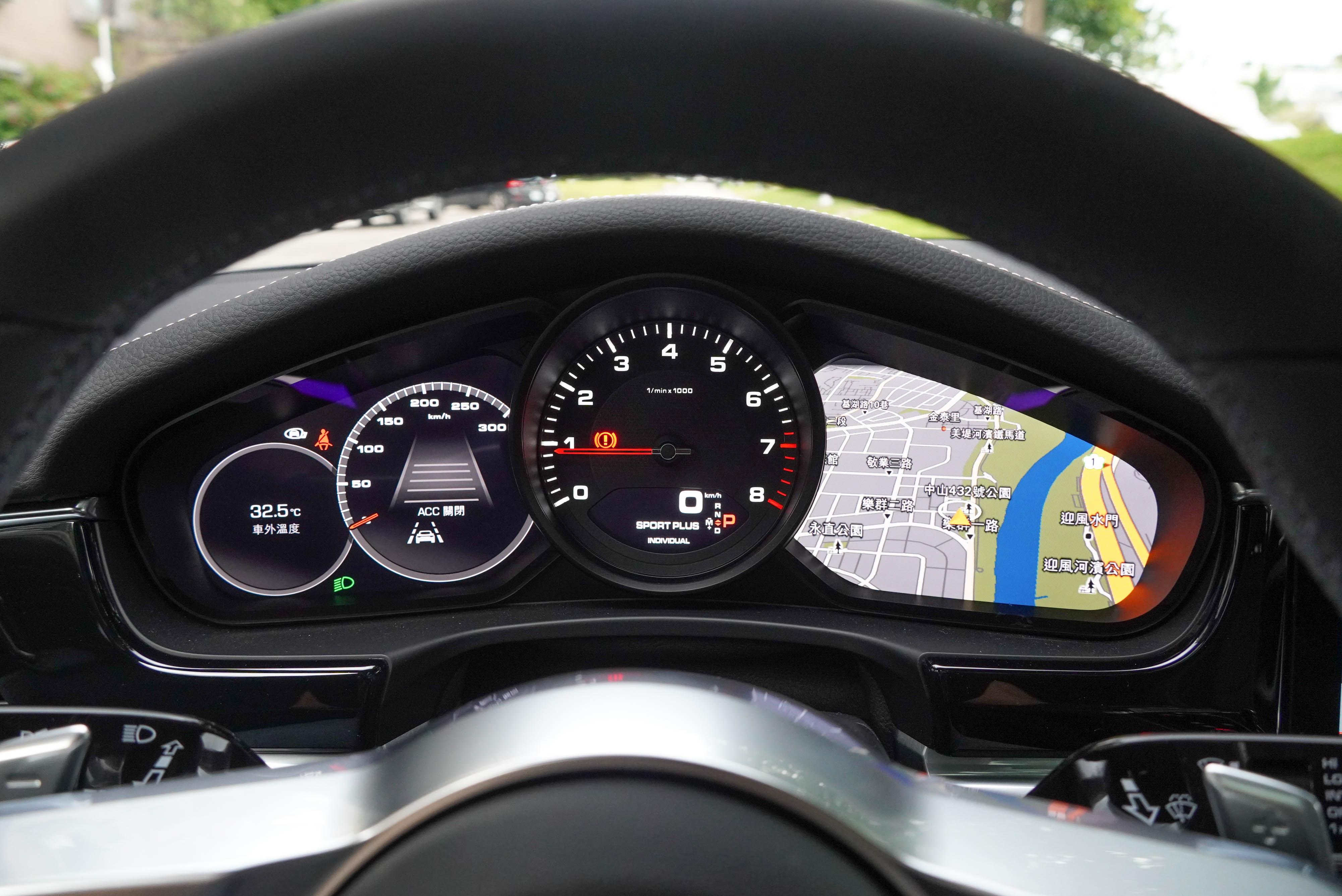 儀表保留中置類比式引擎轉速錶,左右兩側各有一具高解析度顯示幕,可分別顯示導航圖資、跟車系統等多種訊息。
