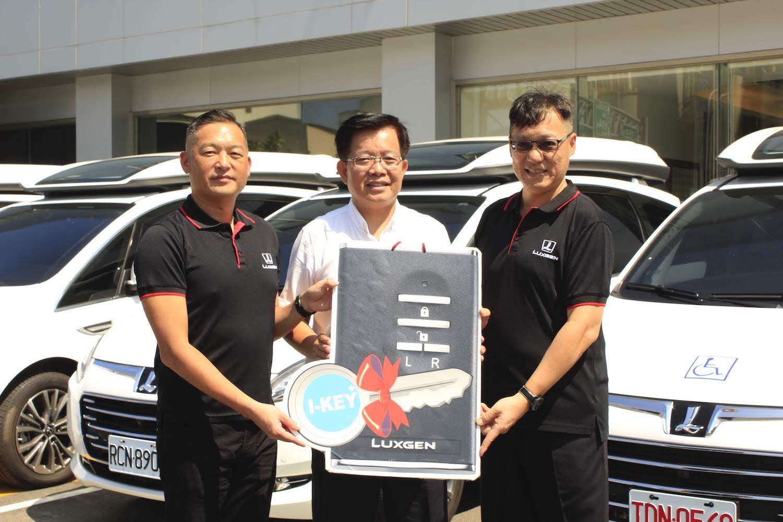 納智捷副總經理曹中庸(右)與北智捷總經理連振偉(左)一起將 Luxgen V7 交車給生通股份有限公司周政佳經理(中)。