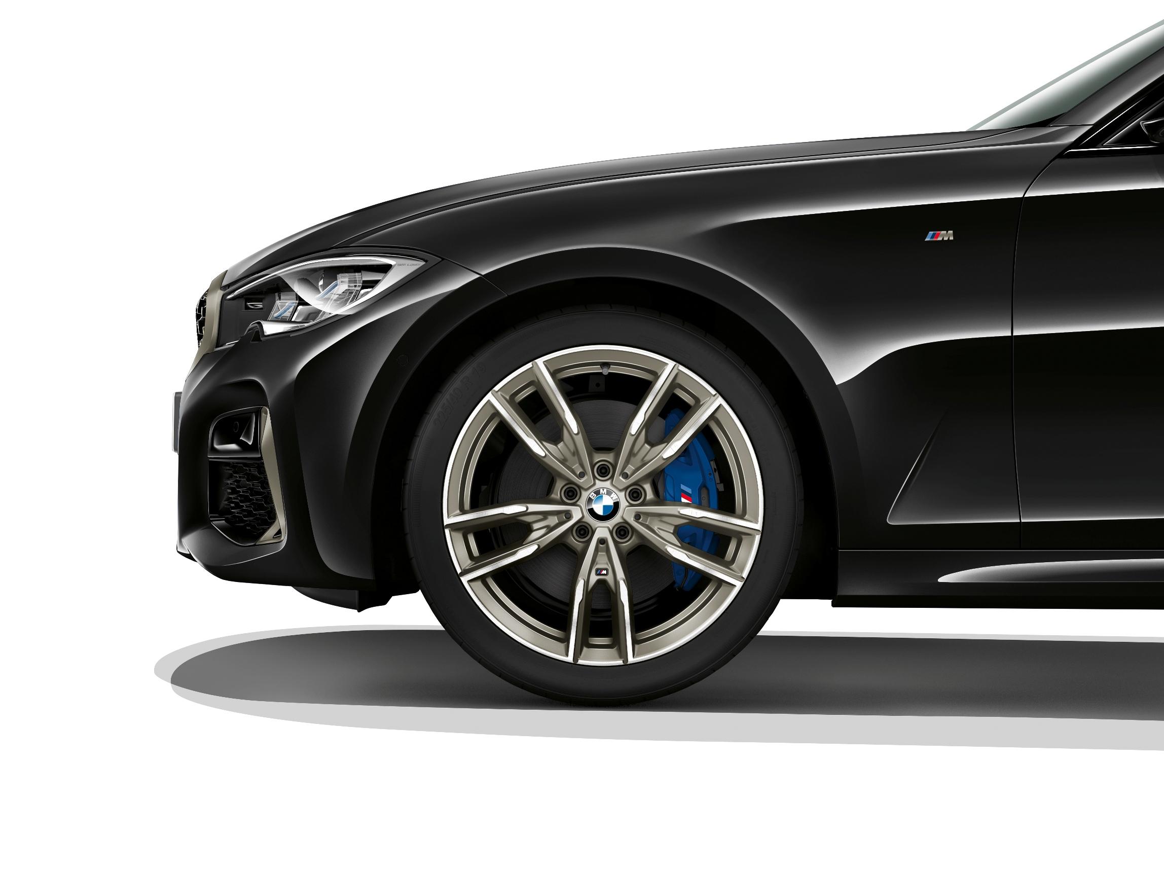 9 吋 M 款雙幅式輕量化輪圈與印有 M 標誌的 M 款專屬藍色卡鉗。