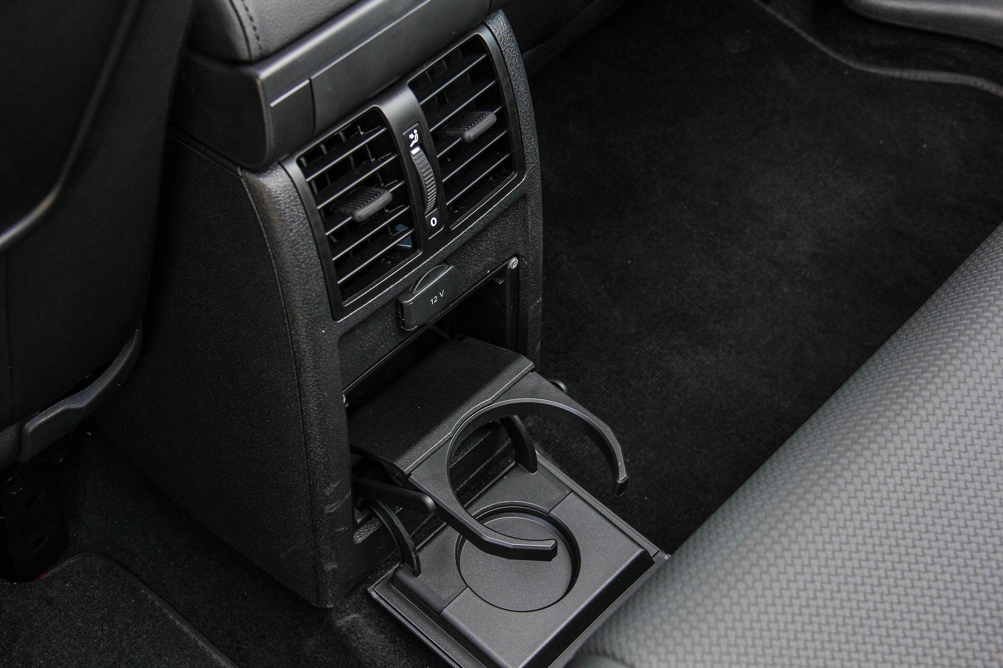 後座出風口下方除 12V 插座外,也有一組隱藏式杯架。