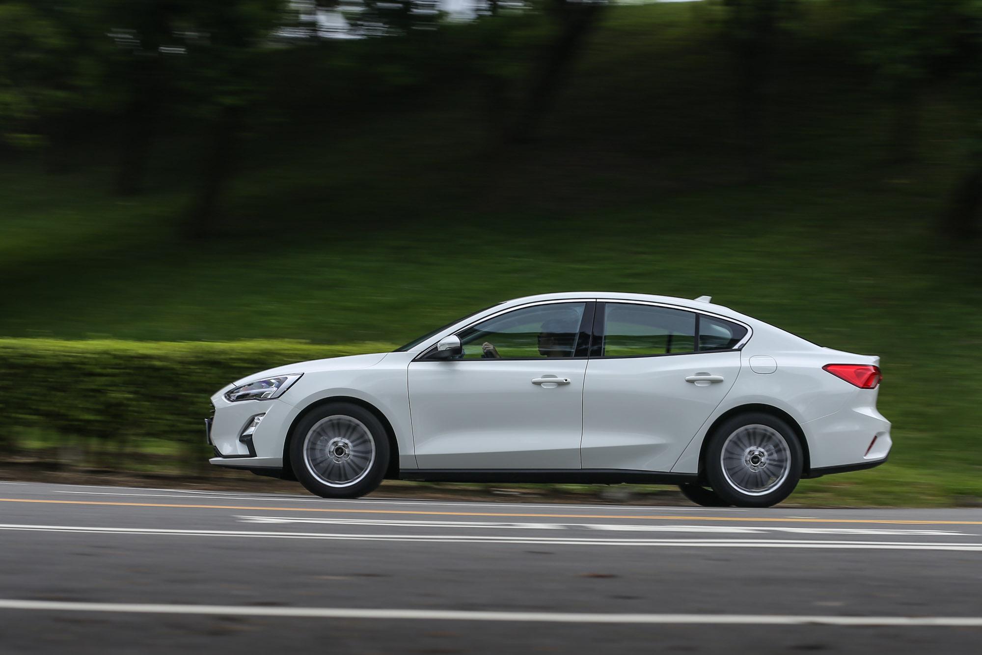 輕快飽滿的動力反應,還保有出色的運轉平衡性,挑戰豪華品牌的三缸引擎也不顯遜色。