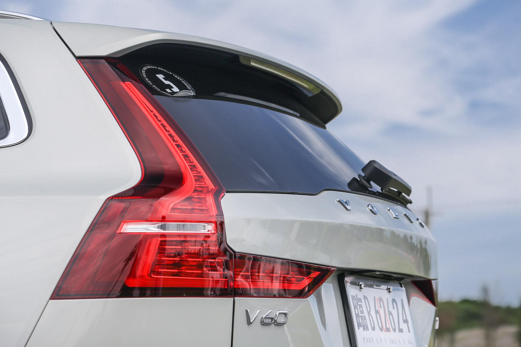 與 V90 家族相當雷同的車尾設計,並透過更直挺的 D 柱提高車室空間表現。