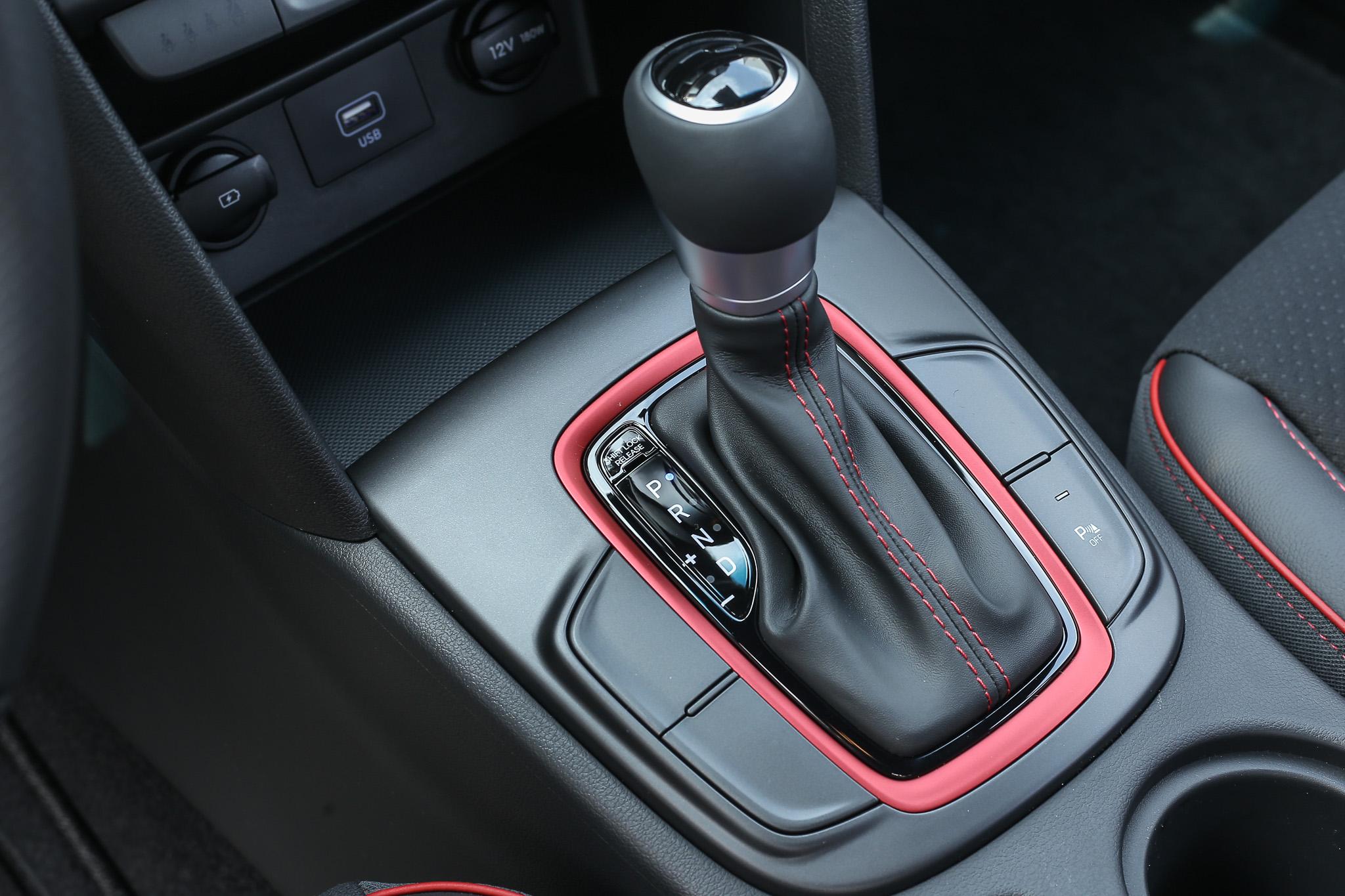 不同一般 Hybrid 採用的 CVT 變速系統,Kona Hybrid 採用六速 DCT 雙離合器自手排變速箱。