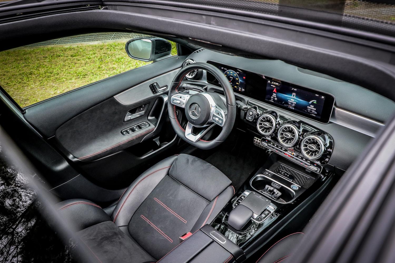 AMG Line 套件內裝有三輻式多功能真皮平底跑車方向盤 、AMG 腳踏墊、金屬踏板、跑車型座椅。