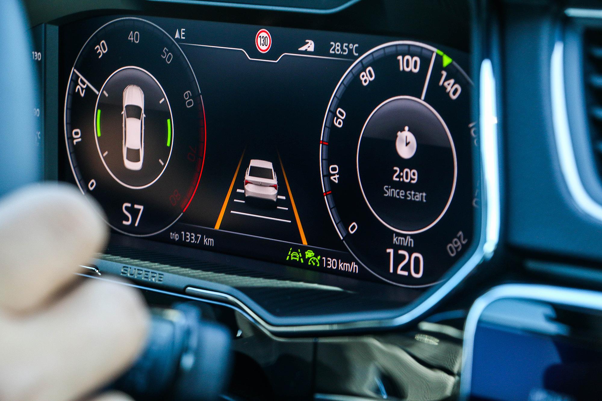 整合 Lane Assist 車道維持輔助系統與 ACC 主動車距控制巡航系統後,小改款 Superb 也具備有半自動駕駛輔助的能力。