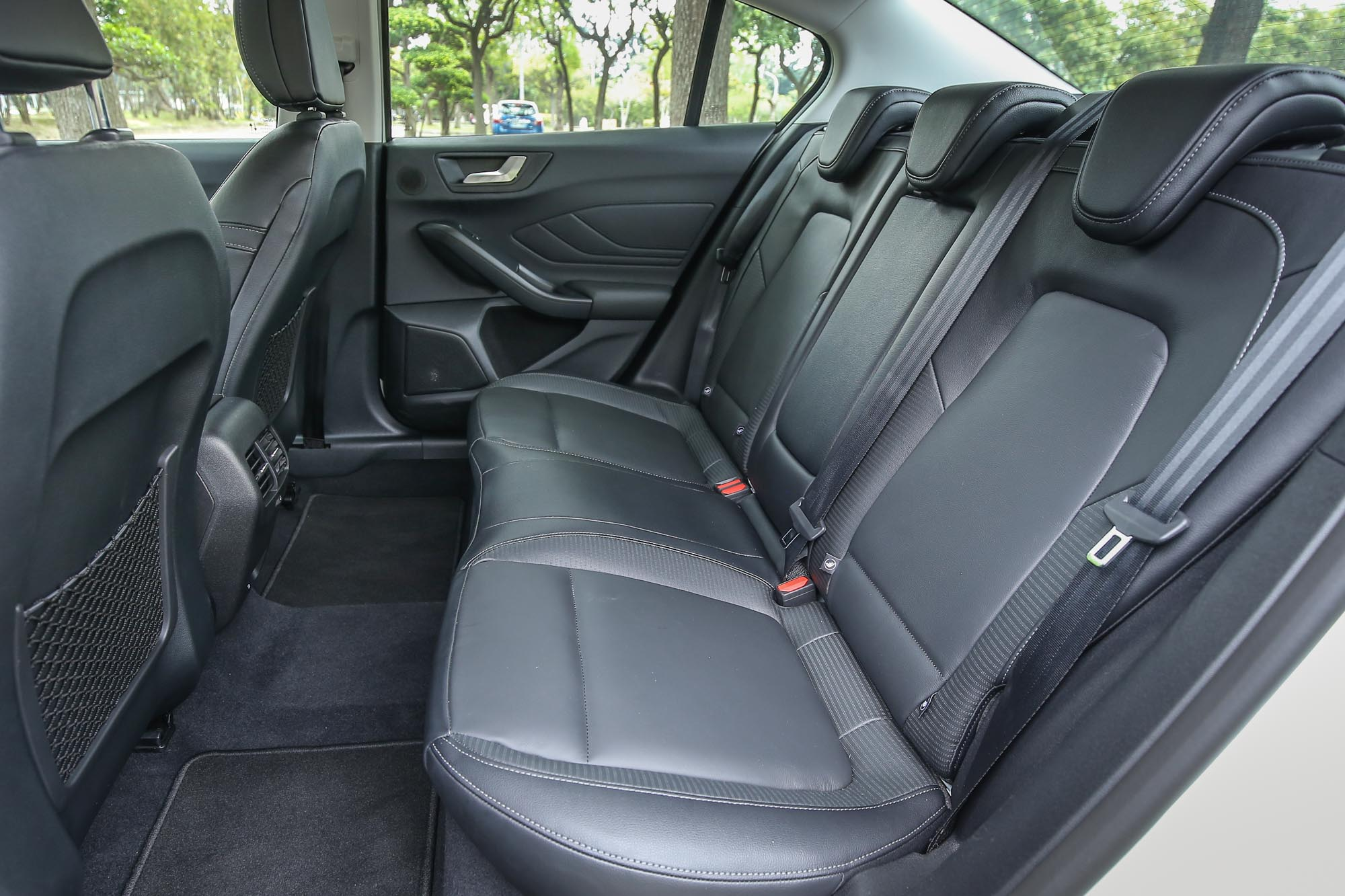 寬敞的後座乘坐空間。
