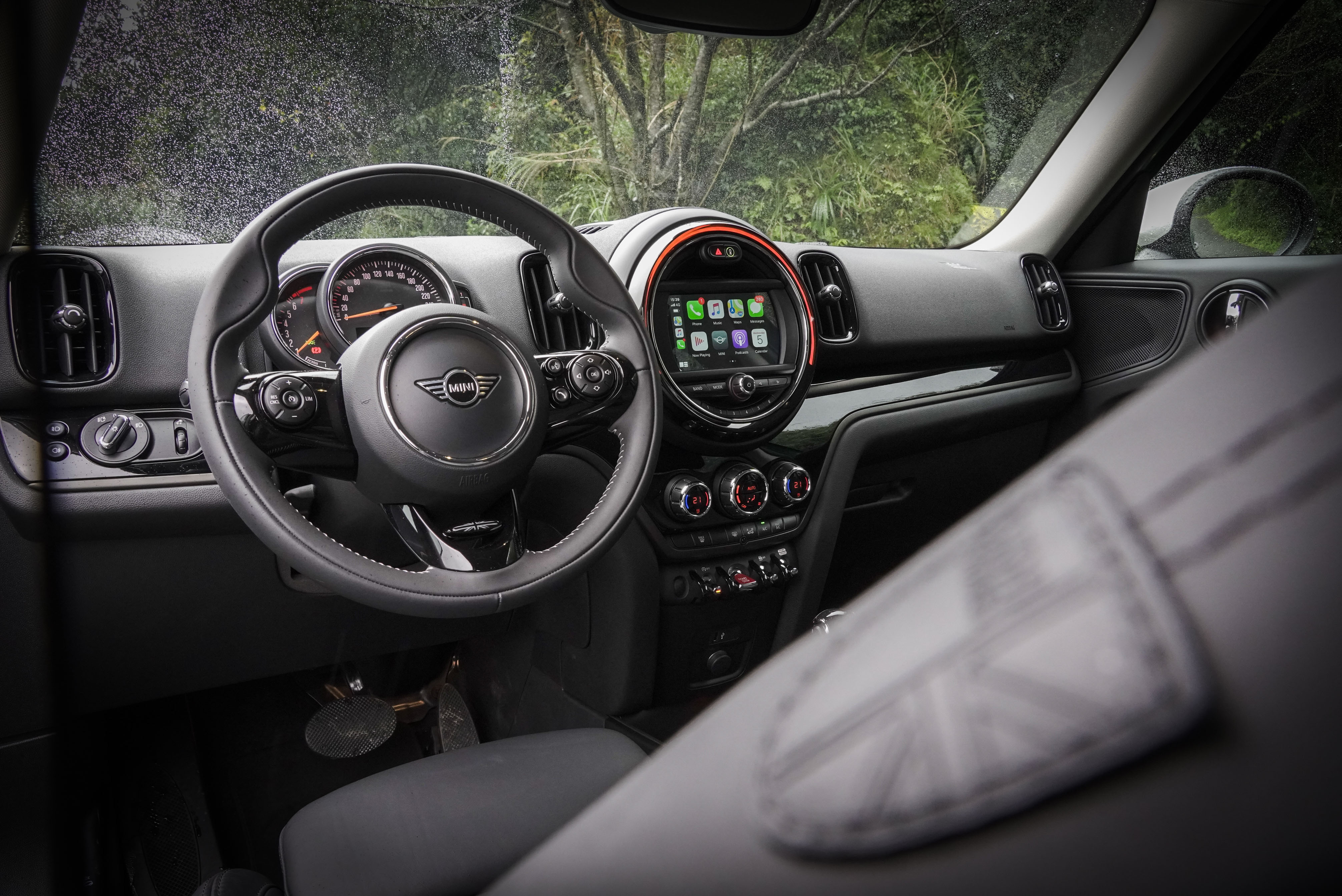 MINI Yours 跑車式真皮方向盤為豪華野營版內容之一。試駕車搭配 Piano Black 內裝飾板、氣氛燈光及 LED 中央儀錶飾環。