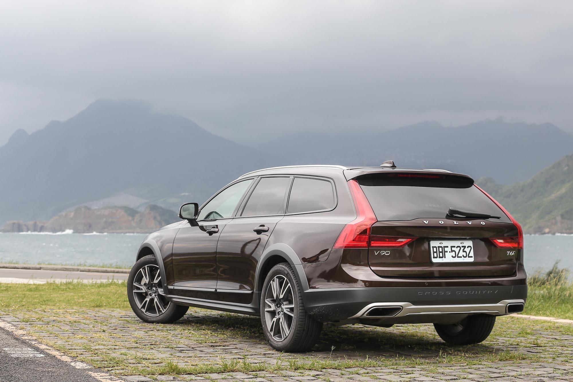 2019 年式 Volvo V90 Cross Country T6 加諸了總價 20 萬的升級配備,售價為新台幣 299 萬元。