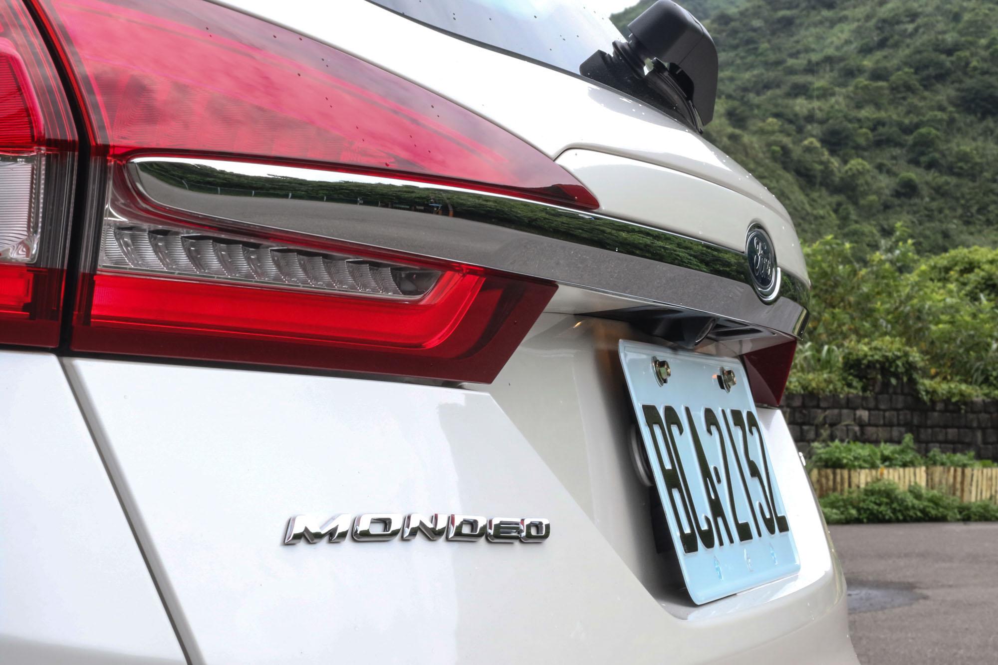車尾採用時下流行的鍍鉻橫條,串連兩側的 LED 尾燈組。