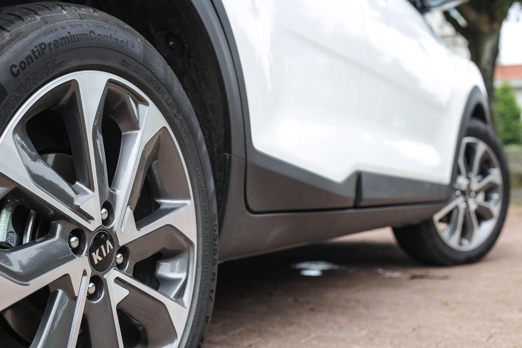 17 吋雙色鋁合金輪圈是驚艷版專屬配置。