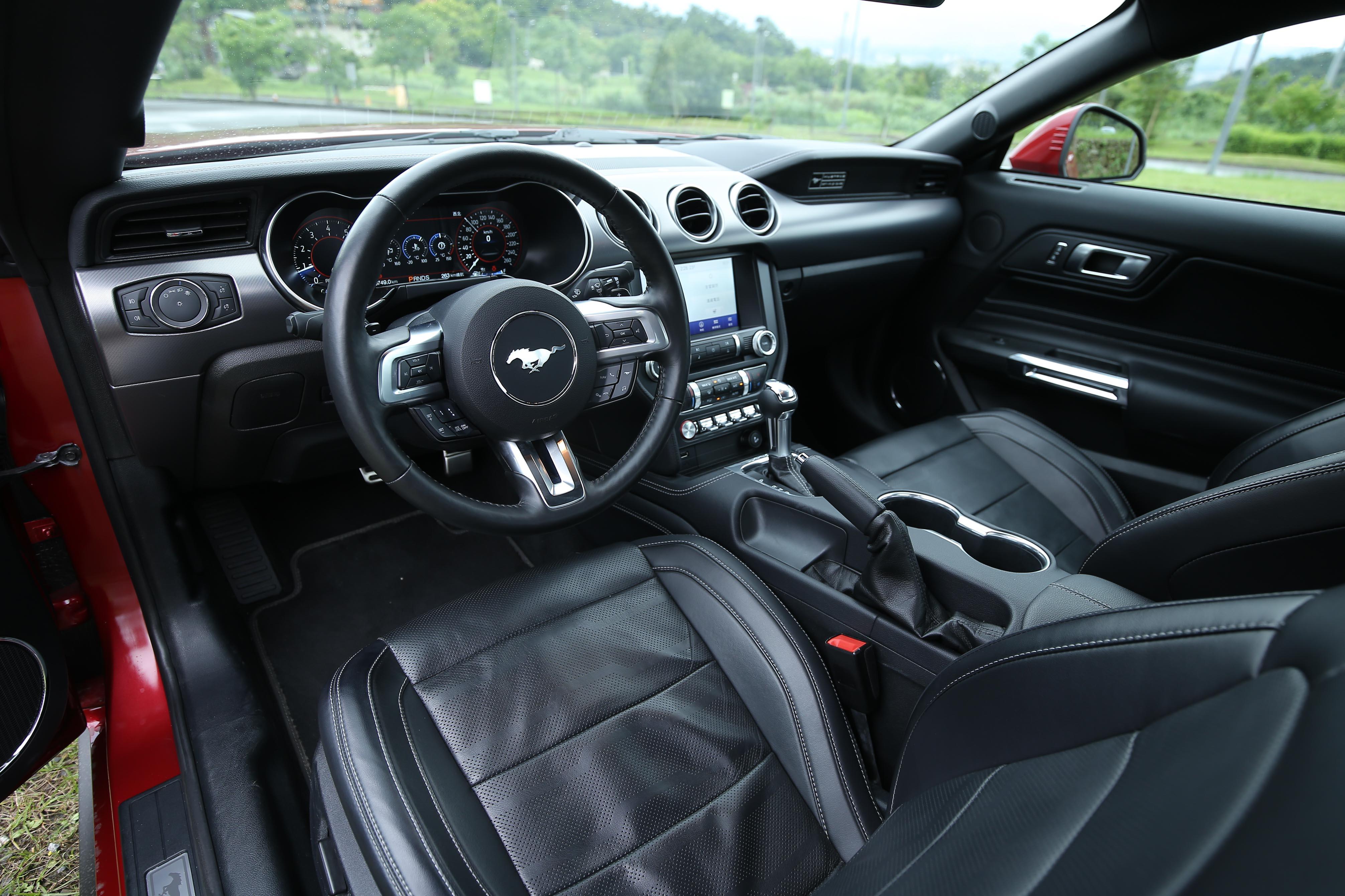 兩車款內裝鋪陳大同小異,皆採用經典對稱式座艙設計。