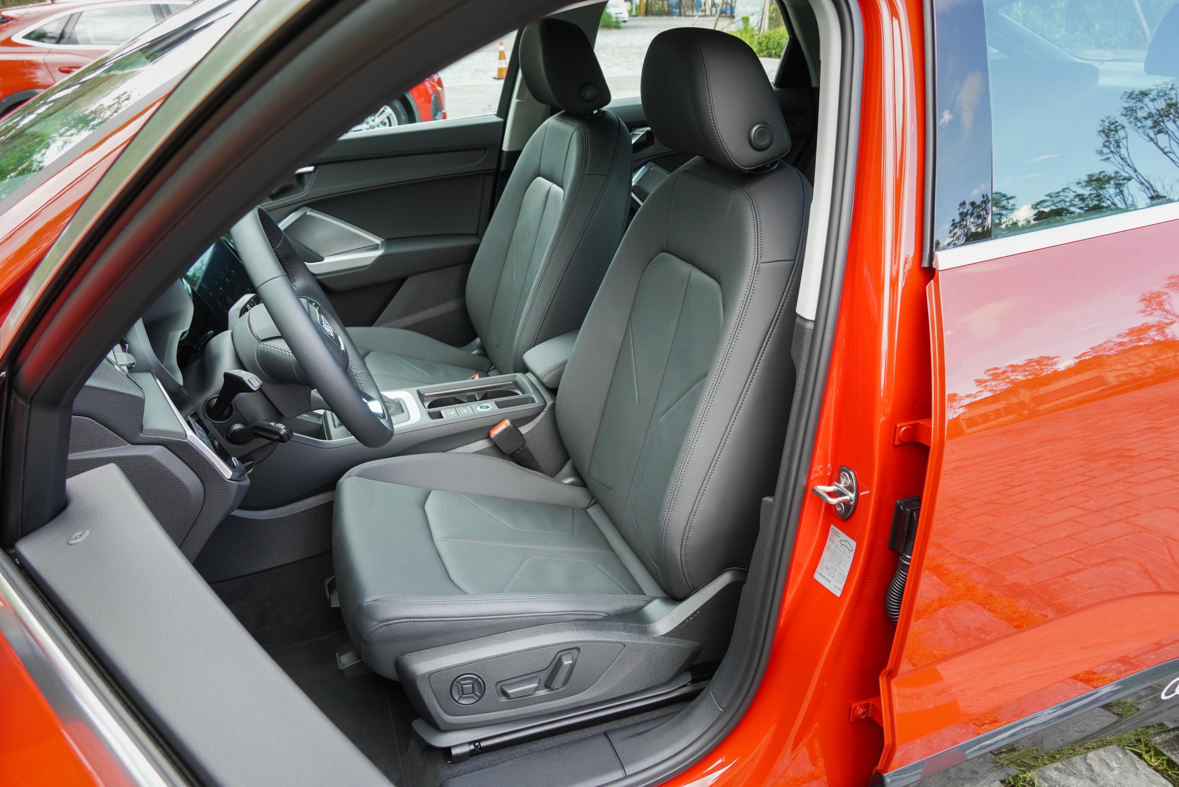 標配真皮雙前座電動座椅,含四向電動腰靠。