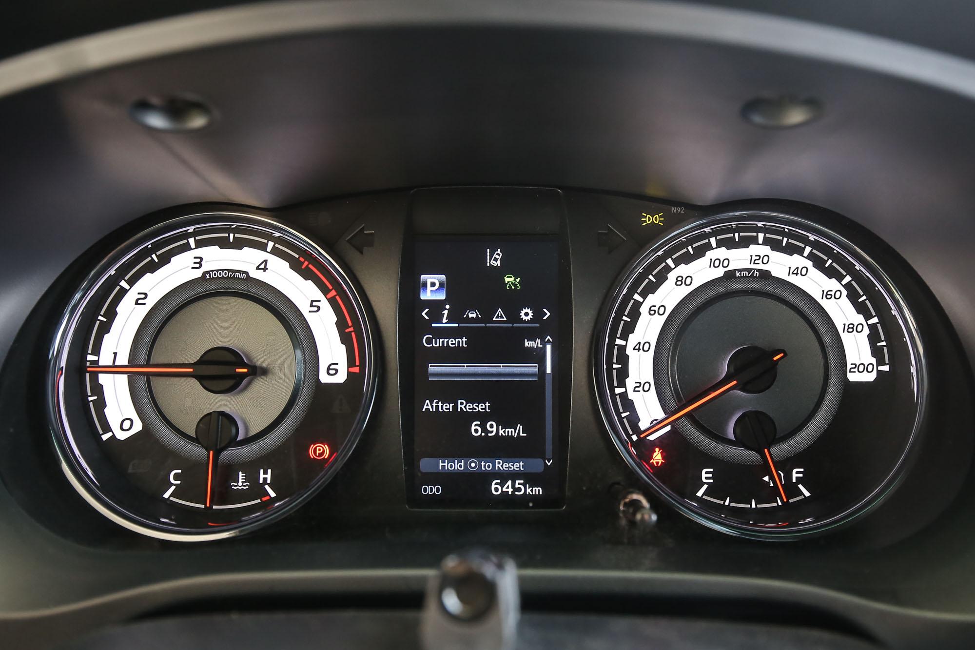 儀表板中樣的多功能顯示幕為 4.2 吋規格。