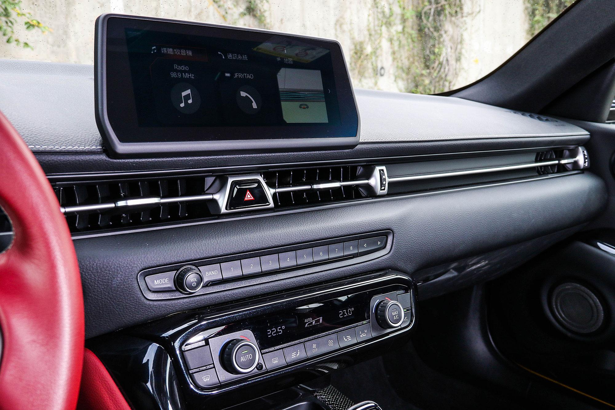 中控台設計同樣與 BMW 共享。