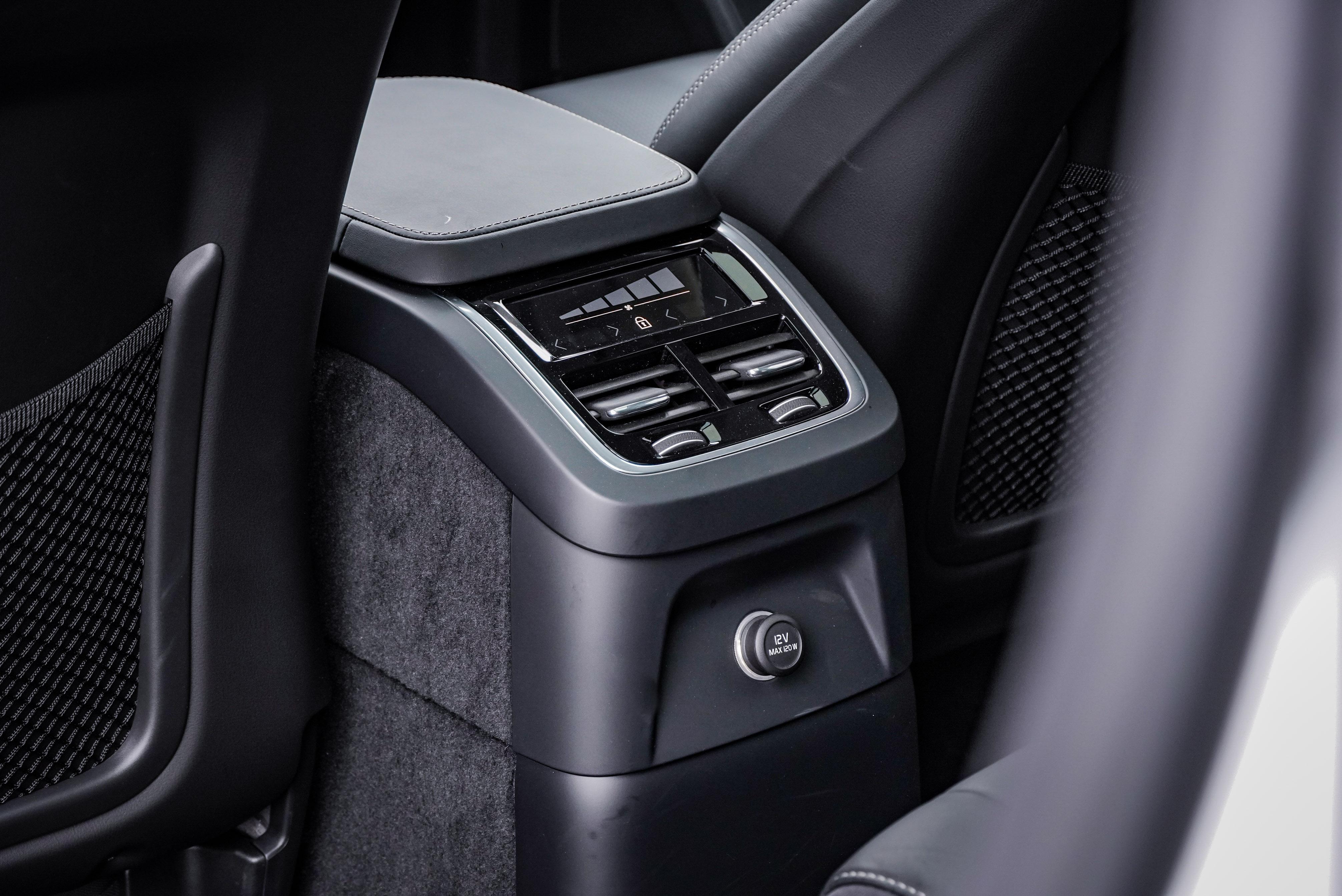 XC90 T8 受惠於底盤高度,是 Twin Engine 全車系唯一有中央後座出風口的車款。因此全車系標配 ECC 四區恆溫空調含保冷手套箱。