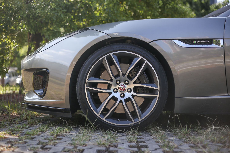 F-Type 全車系皆是鋁合金前後雙 A 臂懸吊設定,試駕車型標配 20 吋鋁合金輪圈。